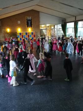 Polonaise in der Aula©Grundschule Langendamm